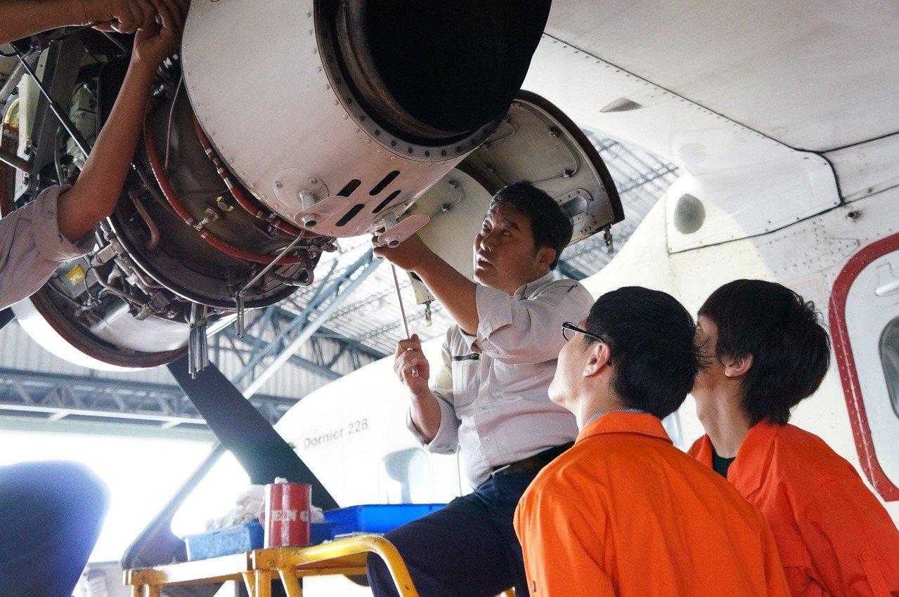 飛機修護出路好、起薪可到38K,每年都吸引不少考生棄高中、念高職飛機修護科。圖/方曙商工提供